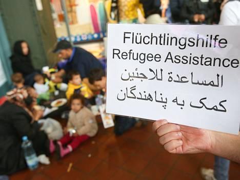 Vapaaehtoiset auttoivat pakolaisten vastaanotossa Hampurin rautatieasemalla.