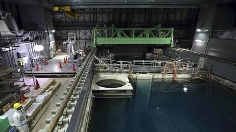 Fukushiman nelosreaktorin käytetyn polttoaineen allas kuvattuna marraskuussa 2013.