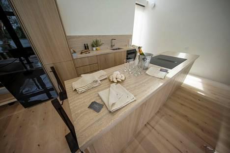 Keittiöihin halutaan nyt vaaleita hiekan sävyjä. Kuvassa Villa Hopeapuun keittiö.