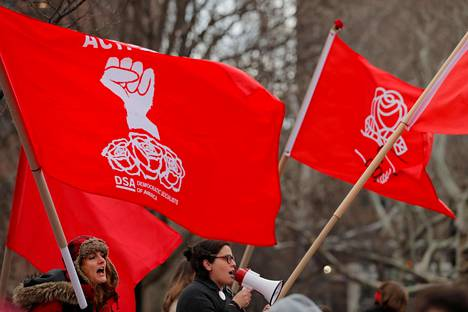 Demokraattisten sosialistien jäseniä osoittamassa mieltään New Yorkissa kansainvälisenä naistenpäivänä 8. maaliskuuta.