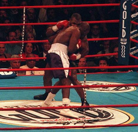 Mike Tyson puri Evander Holyfieldia Las Vegasissa kesäkuussa 1997.