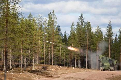 Raskas raketinheitin voi ampua 12 rakettia minuutissa. Ampumatarvikkeesta riippuen sen kantama on 30–330 kilometriä. Puolustusvoimien kalustokuva.