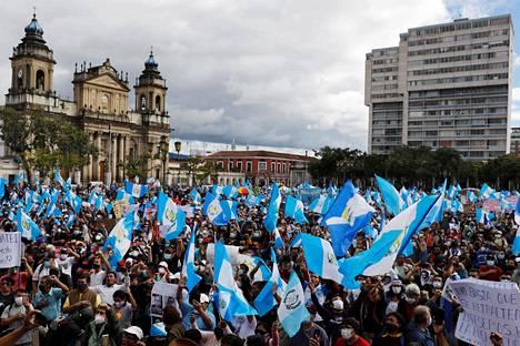 Pääkaupungissa järjestettiin myös toinen, rauhanomaisempi mielenosoitus.