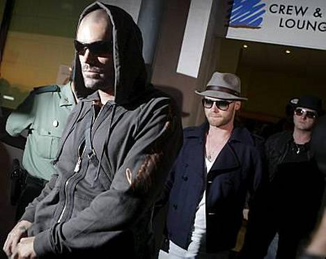 Ronan Keating, Keith Duffy, Mikey Graham ja Shane Lynch saapuivat Mallorcalle hakemaan Boyzone-bändikaverinsa ruumiin kotiin.