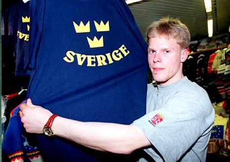 Saku Koivu juoni Ruotsin kaatoa paitaostoksilla ennen alkusarjan toista peliä.