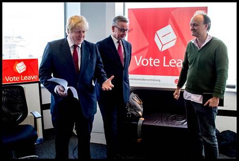 Dominic Cummings on aiemmin työskennellyt konservatiivipoliitikko Michael Goven (keskellä) neuvonantajana.