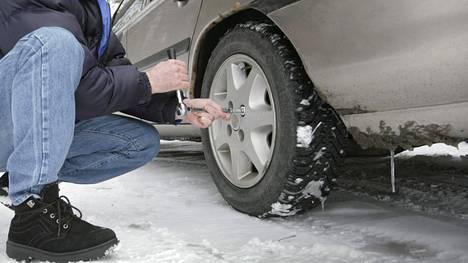 Muun muassa alle 1,6 millimetrin urasyvyys aiheuttaa tätä nykyä ajoneuvon määräämisen ajokieltoon. Sama tapahtuu myös jarrunesteen vuototapauksissa sekä silloin, kun jarrut joko puoltavat liikaa tai ovat tehottomia suhteessa uusiin, aiemmasta kiristyneisiin määräyksiin.