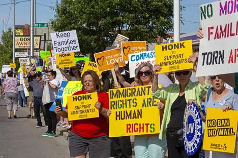 Mielenosoittajat vastustivat siirtolaislasten erottamista vanhemmistaan Detroitissa 14. kesäkuuta 2018.
