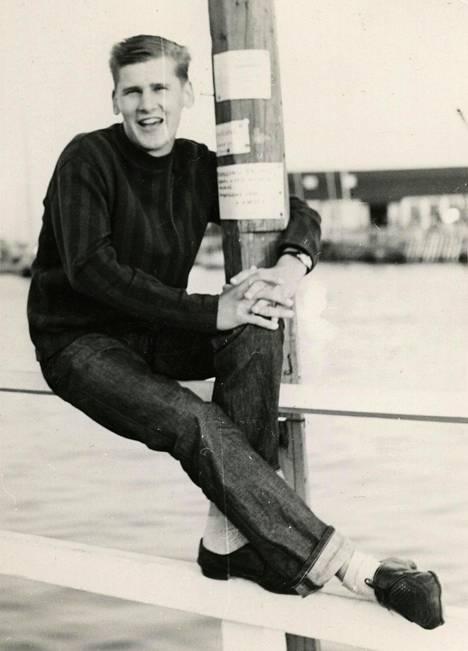 Nuori Frederik Kaivopuiston rannassa.