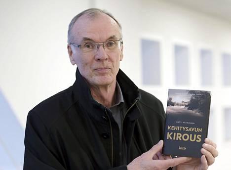 Ex-suurlähettiläs Matti Kääriäinen arvostelee kehitysapua uutuuskirjassaan.