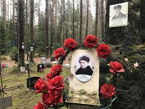 Suomalaisten ja inkeriläisten muistoalue sijaitsee laajan joukkohauta-alueen perimmäisellä laidalla.