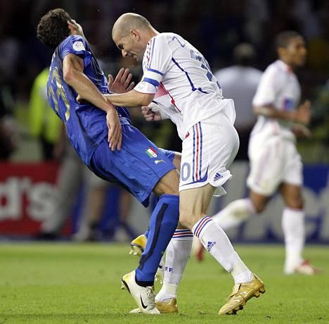 Ranskan Zinedine Zidane (oik.) puski Italian Marco Materazzia (vas.) rintaan vuoden 2006 MM-finaalissa.
