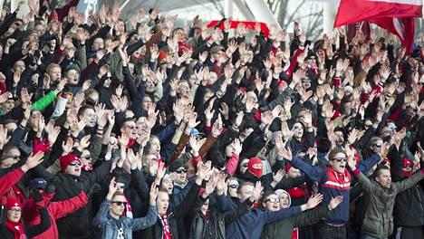 Helsingin derbyn pistejakoa oli todistamassa yli 10 000 katsojaa.