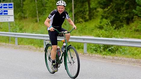 Juha Riikonen päätti lähteä täyden matkan triathlonkisaan vanhalla armeijan polkupyörällä.