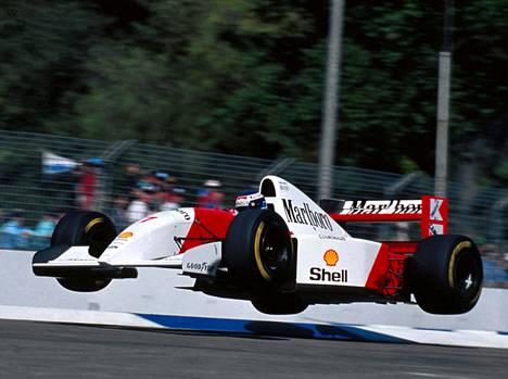 Häkkisen ajotyyli oli parhaimmillaan lennokas. Kuva kaudelta 1993, kun Häkkinen siivitti McLarenin Ford V8:a.