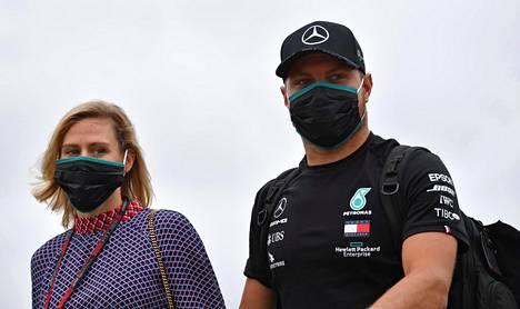 Valtteri Bottas saapui torstaina Silverstonen F1-varikolle tyttöystävänsä Tiffany Cromwellin kanssa.
