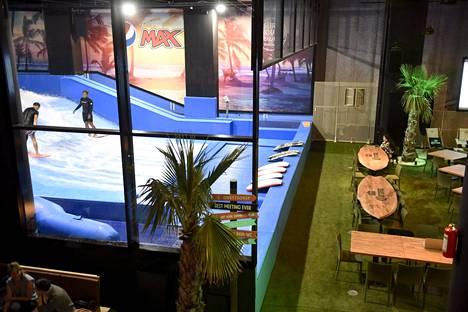Mall of Triplassa sijaitsevan Surf House Helsingin tiloissa voi harrastaa sisäsurffausta keinoaalloilla.