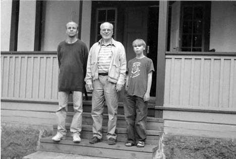 Kolme polvea portailla vuosituhannen alussa: toimittaja Tuomas Manninen (s. 1959), tietokirjakustantaja Jaakko Manninen (s. 1934) ja Samu Manninen (s. 1992).