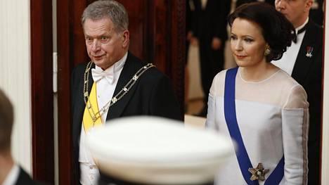 Sauli Niinistö ja Jenni Haukio tapasivat tänäkin vuonna veteraaneja linnassa.