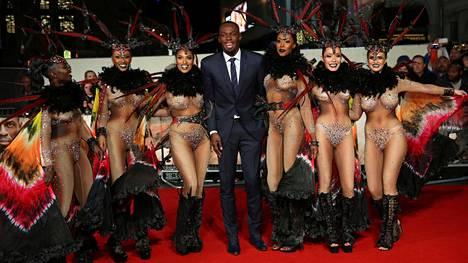 Usain Bolt saapui näyttävästi dokumenttinsa ensi-iltaan.