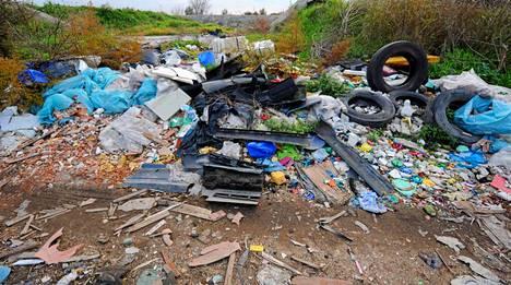 Orta di Atellan peltoja Etelä-Italiassa ympäröivät jätekasat, joissa on renkaita, muovia ja myrkyllisiä jätteitä.