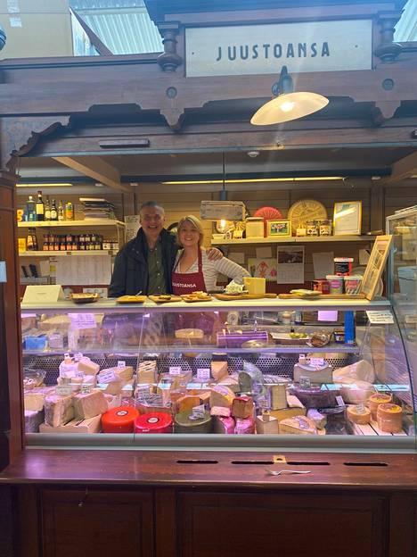 Laura Salonen on iloinen pienen juustokauppansa saamasta huomiosta. –Olen ylpeä, että olemme selvinneet tämän korona-ajan yli, Salonen sanoo.