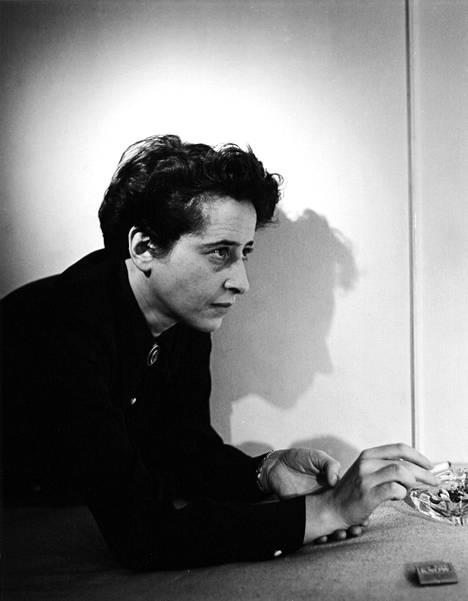 Hannah Arendt vuonna 1944 otetussa kuvassa.