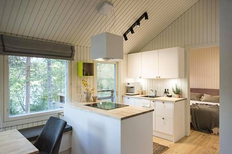 Mökin uudet tilat ovat modernit ja valoisat. Avarasta keittiöstä avautuu näkymä järvelle.