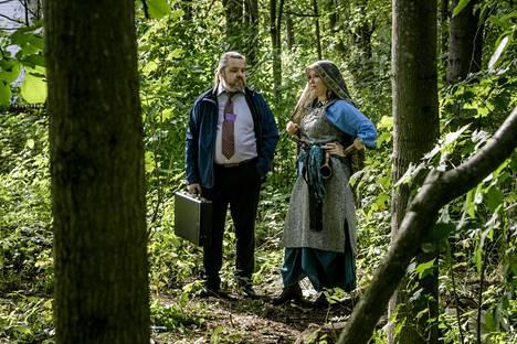 Larpissa peruspalveluministeri Pekka Holopaisen roolissa ollut Mikko Asunta ja Kristiina Luomala eli Patakuningatar keskustelivat puiden katveessa taikamaailman ja tavallisten ihmisten mahdollisesta yhteistyöstä.