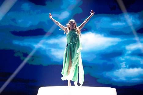 Etel Röhr varasti huomion Daruden ja Sebastian Rejmanin Look Away -kappaleen lavashow'ssa vuoden 2019 euroviisuissa.