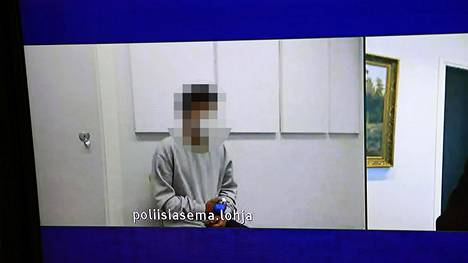 Epäilty ei peitellyt kasvojaan vangitsemisoikeudenkäynnissä maanantaina.