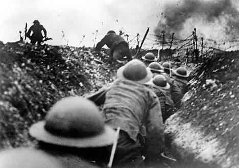 Sata vuotta sitten: Britit nousevat jouksuhaudasta hyökkäykseen.