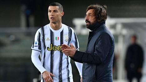 Seurapomo Pavel Nedved vakuuttaa, että Andrea Pirlo (oik.) ohjeistaa Cristiano Ronaldoa myös ensi kaudella Juventuksessa.