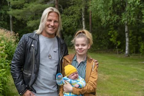 Sarjaa juontaa tuttuun tapaan Sami Kuronen, joka järjestää nuorille vanhemmille yllätystreffejä ja vie tuoreita äitejä harrastamaan. Milenan kanssa Sami Kuronen päätyy tanssitunnille.