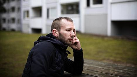 """""""Isässä oli kaksi puolta: mukava perheenisä mutta myös rikollinen, joka oli valmis käyttämään väkivaltaa"""", kertoo Sakari Markkanen. Hänen isänsä Matti """"Volvo"""" Markkanen oli Suomen tunnetuimpia ammattirikollisia. Perhe asui Roihuvuoressa taustalla näkyvässä talossa."""