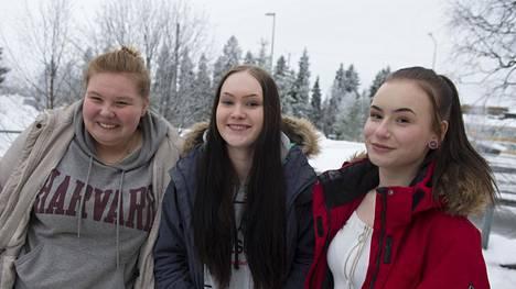 IS kävi Keminmaalla kuulostelemassa tunnelmia vaalien jälkeisenä päivänä. Kuvassa paikalliset nuoret Verna, Emilia ja Iida.