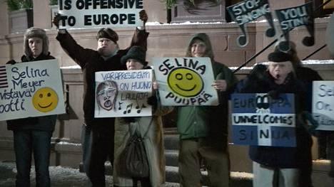Suomalaiset mielenosoittajat eivät ota Selinaa lämpimästi vastaan.