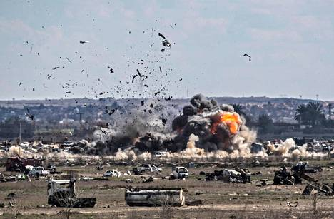 Kurdijoukot pommittavat rajusti Baghuzin kylää, jonka viimeiset Isis-taistelijat aikovat puolustautua viimeiseen asti.