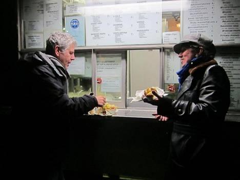 Anthony Bourdain tutustui Sami Yaffan opastuksella suomalaisen ruoka- ja juomakulttuurin peruspilareihin vuonna 2012. He pysähtyivät muun muassa Jaskan Grillillä.