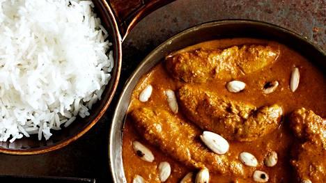 Suloisen pehmeä ja ihanan mausteinen broilerikorma maistuu parhaalta basmatiriisin kanssa.