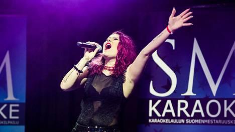 Tea Repo laulaa Tahkolla SM-Karaoke 2018 -finaalissa.