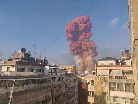 Räjähdyksestä nousi oranssi savupilvi.