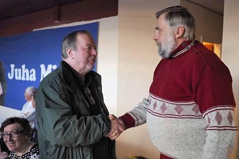 Kurikka. Juha Mieto pettyi vaalitulokseen ennakkoäänten tulosten selvittyä. Entinen ministeri Juhani Tuomaala kävi kuitenkin onnittelemassa Mietoa osallistumisesta.