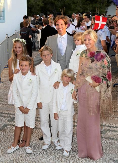 Koko perhe koolla vuonna 2010. Kuvassa Maria-Olympia ja prinssi Constantine-Alexios, Achileas-Andreas ja äitinsä kädessä Odysseas-Kimon. Isänsä sylissä Aristidis-Stavros.
