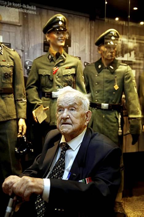 Aarne Kähärä joutui luovuttamaan oman univormunsa sen jälkeen kun palautsparaati oli Tampereella ohi. Näyttelyyn on koottu kokoelma saksalaisia sotilasasuja, joista jokaisen vanha veteraani tunsi.