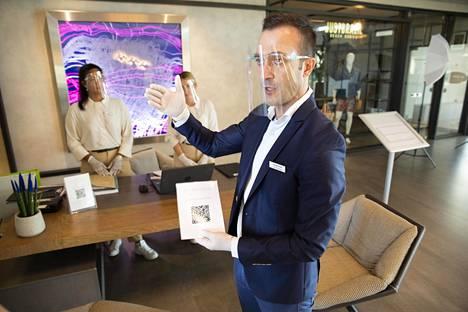 Euphoria Resortin vastaanotossa George Karakis esittelee, miten hotelliin pystyy kirjautumaan sisään QR-koodilla.