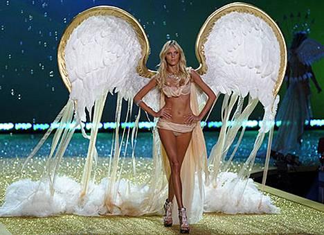 Anyan enkelinsiivistä roikkui hörhelöitä.