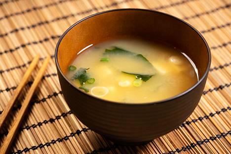 Misokeitto on olennainen osa japanilaista sushiateriaa.