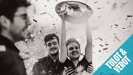 Jesse Vainikka juhlimassa vuoden 2019 maailmanmestaruutta. Kädessä hänellä on The International -turnauksen mestaruuskilpi, The Aegis.