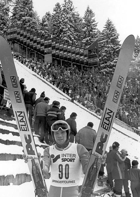 Jan Boklöv ja sukset tutusti V-asennossa – tällä kertaa maan kamaralla Innsbruckissa Keski-Euroopan mäkiviikon kilpailussa tammikuussa 1987.